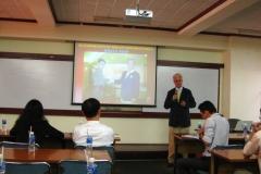 Il-Prof.-Zocchi-tiene-una-lezione-agli-studenti-del-corso-di-laurea-in-medicina-e-chirurgia