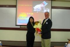 Il-prof.-Zocchi-viene-omaggiato-dal-Magnifico-Rettore-del-VNU-e-gli-viene-conferita-la-carica-di-Professore-Associato-presso-la-UNV-di-Ho-Chi-Minh-City
